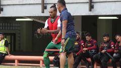 Indosport - Rudy Eka Priayambada (kanan) baru saja dilepas jabatannya sebagai pelatih fisik Persebaya Surabaya.
