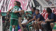 Indosport - Nelson Alom mendapatkan dukungan semangat dari manajer Persebaya, pada Sabtu (23/2/19).
