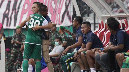 Nelson Alom mendapatkan dukungan semangat dari manajer Persebaya, pada Sabtu (23/2/19). - INDOSPORT