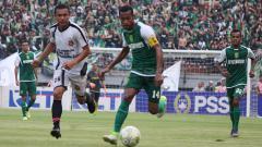 Indosport - Pemain Persebaya Surabaya, Ruben Sanadi berusaha lolos dari kawalan pemain Persidago Gorontalo. Sabtu (23/2/19).