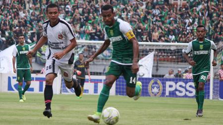 Pemain Persebaya Surabaya, Ruben Sanadi berusaha lolos dari kawalan pemain Persidago Gorontalo. Sabtu (23/2/19). - INDOSPORT
