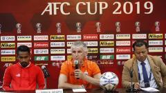 Indosport - Pemain Persija Ramdani Lestaluhu dan pelatih Persija Ivan Kolev saat acara jumpa pers jelang laga Piala AFC grup G antara Persija vs Becamex Binh Duong di Hotel Sultan, Jakarta, Senin (25/02/18).