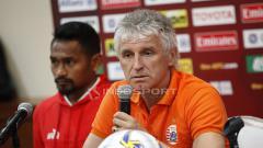 Indosport - Pelatih Persija Ivan Kolev saat menjawab pertanyaan wartawan pada acara jumpa pers jelang laga Piala AFC grup G antara Persija vs Becamex Binh Duong di Hotel Sultan, Jakarta, Senin (25/02/18).