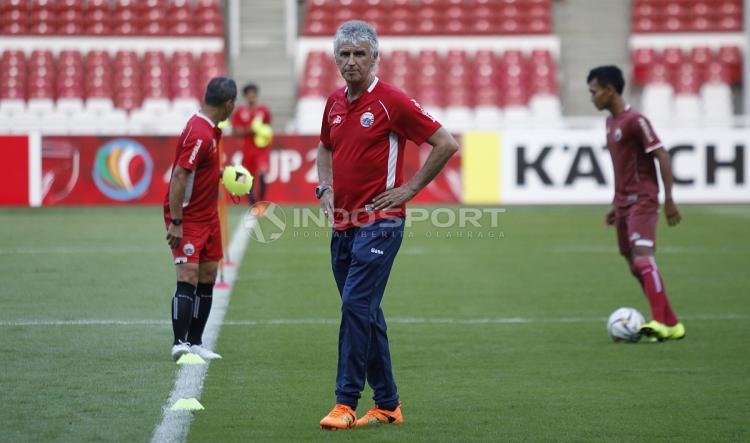 Pelatih Persija, Ivan Kolev saat pimpin latihan Persija Jakarta dan Bcamex. Copyright: Herry Ibrahim/Indosport.com