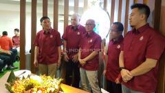 Indosport - Peresmian kantor baru Persija Jakarta oleh manajemen diwakili Ferry Paulus (presiden klub) dan Kokoh Alfiat (direktur umum).