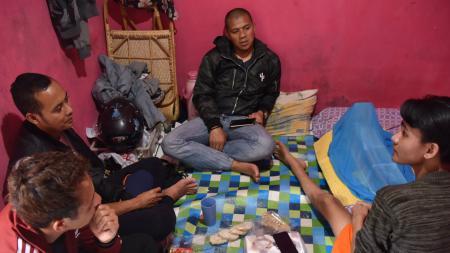 I Made Wirawan, Atep, dan Tantan menjenguk mantan pemain Persib U-17, Aditya. - INDOSPORT