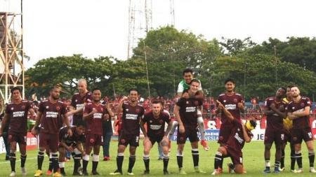 Segenap pemain PSM Makassar berpose di Stadion Mattoangin. - INDOSPORT