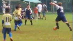 Indosport - Bocah berbadang gempal lepaskan sepakan ala Beckham