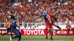 Indosport - Silvio Escobar duel dengan salah satu pemain Binh Duong