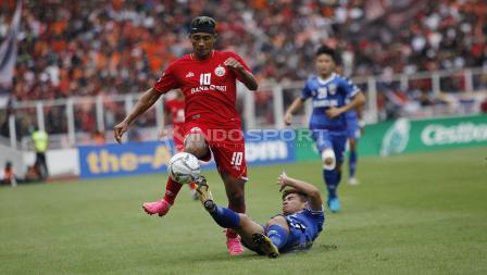 Pemain belakang Becamex Binh Duong melakukan tekel keras ke arah pemain Persija, Bruno de Matos pada laga perdana Piala AFC 2019 Grup G di Stadion GBK, Selasa (26/02/18).