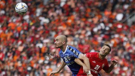 Duel antara striker Persija, Silvio Escobar dengan bek Becamex Binh Duong, Shumeiko Veniamin pada laga perdana Piala AFC 2019 Grup G di Stadion GBK, Selasa (26/02/18).
