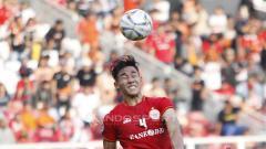 Indosport - Aksi Ryuji Utomo melakukan heading ke arah gawang Becamex Binh Duong pada laga perdana Piala AFC 2019 grup G di stadion GBK, Selasa (26/02/18).