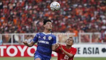 Duel antara Riko Simanjuntak (kanan) dengan pemain Becamex Binh Duong, Ho Tan Tai pada laga perdana Piala AFC 2019 Grup G di Stadion GBK, Selasa (26/02/18).