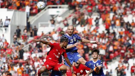 Para pemain Persija mencoba memanfaatkan peluang melalui tendangan sudut ke arah gawang Becamex Binh Duong pada laga perdana Piala AFC 2019 Grup G di Stadion GBK, Selasa (26/02/18).