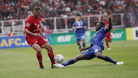 Bek Becamex Binh Duong, Ali Rabo (kanan) melayangkan tekel keras ke arah Silvio Escobar (kiri) pada laga perdana Piala AFC 2019 Grup G di Stadion GBK, Selasa (26/02/18).