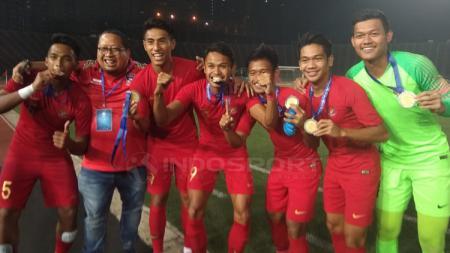 Penggawa Timnas Indonesia melakukan selebrasi usai menerima medali - INDOSPORT