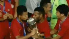 Indosport - Marinus Wanewar mencium trofi Piala AFF U-22 2019.