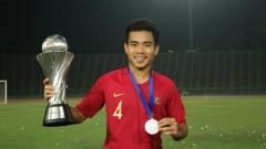 Indosport - Pemain timnas Indonesia U-23, Nurhidayat Haji Haris, memegang trofi Piala AFF 2019. Dia kemungkinan masuk skuat SEA Games 2019.