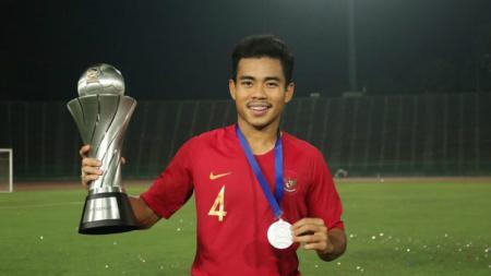 Pemain Timnas Indonesia U-22, Nurhidayat Haji Haris dengan trofi Piala AFF U-22 2019. - INDOSPORT