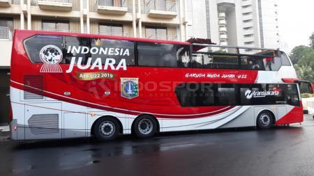 Bis atap terbuka yang dipakai untuk arak-arakan Timnas U-22 tiba di hotel sultan Jakarta - INDOSPORT