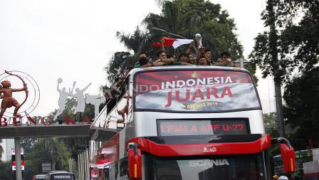 Timnas Indonesia U-22 arak arakan lewat Stadion Utama Gelora Bung Karno.