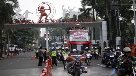 Bis arak arakan Timnas Indonesia juara Piala AFF U-22 2019 melewati Stadion Utama Gelora Bung Karno