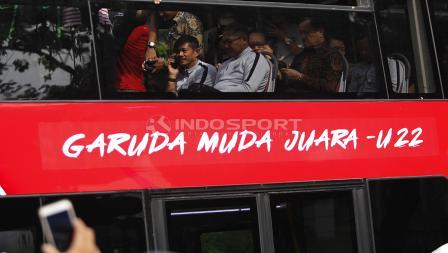 Pelatih Indra Sjafri dalam acara arak-arakan Timnas Indonesia U-22 dari hotel sultan menuju Istana Negara, Kamis (28/02/19).