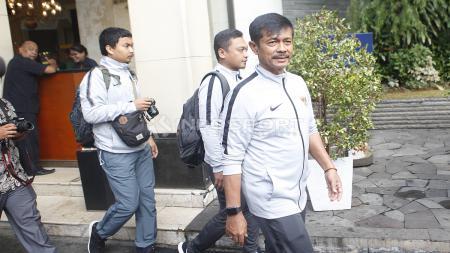Pelatih Timnas Indonesia U-22, Indra Sjafri siap akan melakukan arak-arakan menuju Istana Negara dari hotel sultan, Kamis (28/02/19). - INDOSPORT