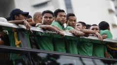 Indosport - Penggawa Timnas Indonesia U-22, diatas bis atap terbuka dalam acara arak-arakan dari hotel sultan menuju Istana Negara.