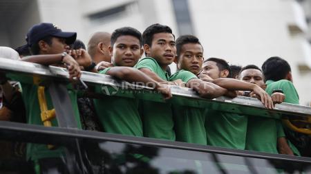 Penggawa Timnas Indonesia U-22, diatas bis atap terbuka dalam acara arak-arakan dari hotel sultan menuju Istana Negara. - INDOSPORT