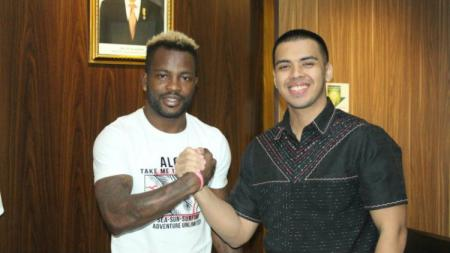 Pemain asal Kamerun Louis Essengue Eloumu Parfait (kiri) dan Presiden TIRA-Persikabo Bimo Wirjasoekarta (kanan). - INDOSPORT