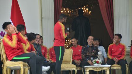 Pemain Timnas Indonesia U-22, Marinus Wanewar saat berbincang dengan Presiden Joko Widodo di Istana Negara. - INDOSPORT