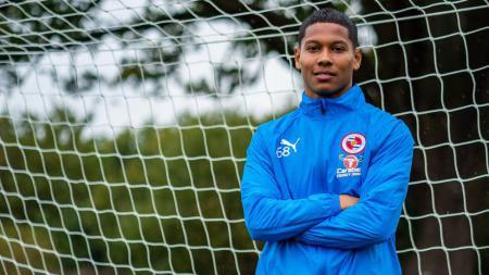Pemain keturunan Indonesia, Darren Sidoel yang sekarang bermain di salah satu klub sepak bola Inggris, Reading FC. - INDOSPORT