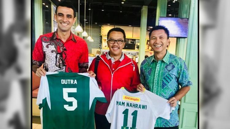Menpora Imam Nahrawi (tengah) bersama Otavio Dutra dan Presiden Klub Persebaya Azrul Ananda di Jakarta pagi tadi (26/2). Proses naturalisasi Dutra mendapat dukungan dari menpora. Copyright: persebaya.id