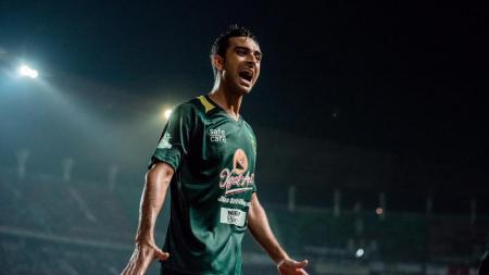 Penampilan gemilang Otavio Dutra bersama Persebaya diharapkan terus terjaga hingga bisa menjadi panutan dan inspirasi kepada pemain muda. - INDOSPORT