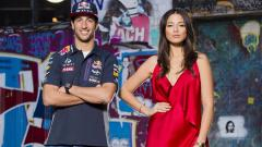 Indosport - Daniel Ricciardo dan Jessica Gomes berpose untuk sebuah majalah.