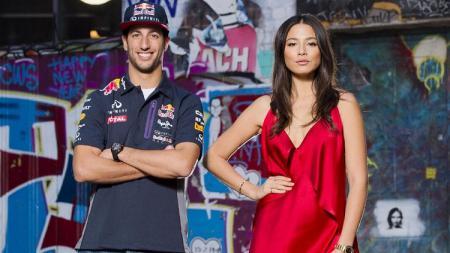 Daniel Ricciardo dan Jessica Gomes berpose untuk sebuah majalah. - INDOSPORT
