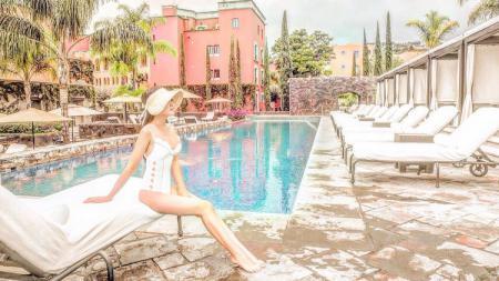Aktris Shandy Aulia memamerkan momen mesra bersama sang suami, David Herbowo di kolam renang. - INDOSPORT