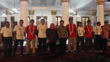 Gubernur dan wakil gubernur Jatim berfoto dengan punggawa Timnas Indonesia U-22. Jumat (01/03/19). - INDOSPORT