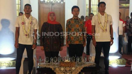 Gubernur Jawa Timur, Khofifah bersama dua pemain Timnas Indonesia U-22. - INDOSPORT