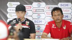 Indosport - Pemain Mitra Kukar Geri Mandagi dan asisten pelatih Mitra Kukar Sukardi pada acara jumpa pers grup B Piala Presiden 2019 di stadion Patriot, Sabtu (02/03/19).