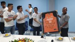 Indosport - Jelang menghadapi Semifinal IBL 2018-2019 pekan depan, tim basket putra NSH Jakarta gelar syukuran