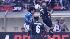 Indosport - Hariono_saat_berduel_dengan_bek_lawan