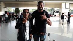 Indosport - Pemain anyar Persipura asal Brasil, Luis Carlos bersama agennya, Edy Syah.
