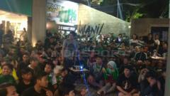 Indosport - Bonek memadati Persebaya Store Jalan Slamet untuk nobar Piala Presiden, Sabtu (02/03/19).
