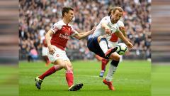Indosport - Harry Kane dibayangi dengan ketat oleh Koscielny