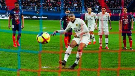 Eksekusi penalti Kylian Mbappe ke gawang Caen. - INDOSPORT