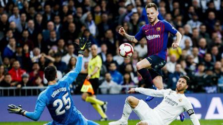 Pemain Barcelona Ivan Rakitic saat mencetak gol ke gawang Real Madrid, Minggu (03/03/19). - INDOSPORT