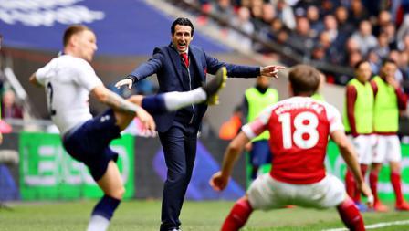 Duel pemain Tottenham Hotspur vs Arsenal disaksikan oleh Unai Emery, pelatih The Gunners (tengah).