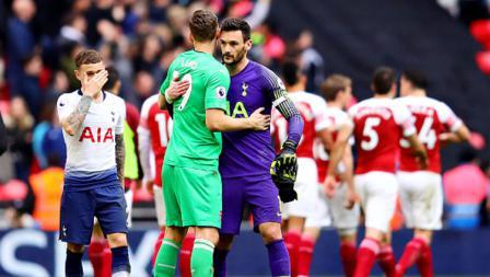 Pertandingan selesai, para pemain pun kembali akur termasuk Bernd Leno, kiper Arsenal (kiri) dan Hugo Lloris, kiper Tottenham Hotspur.